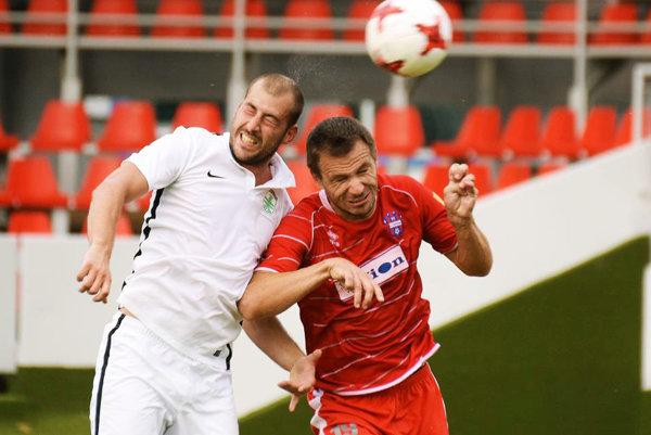 V hlavičkovom súboji nový stopér FC ViOn Martin Dobrotka.