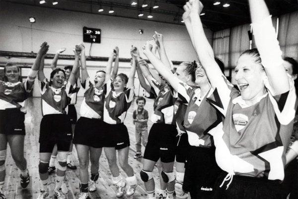 Hádzanárky Plastiky Nitra sa tešia z najväčšieho úspechu v 90. rokoch. Vo finále Slovenského pohára v Topoľníkoch porazili majstrovskú Šaľu.