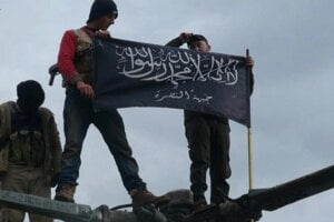 Bojovníci an-Nusra so svojou vlajkou.