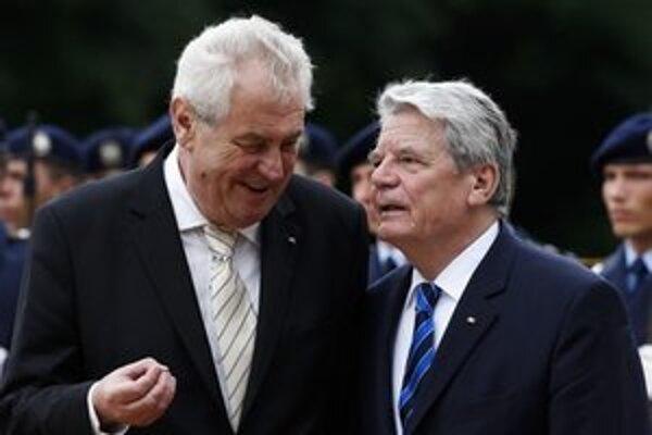 Miloš Zeman sa rozpráva s nemeckým prezidentom Joachimom Gauckom na uvítacej ceremónii v Berlíne.