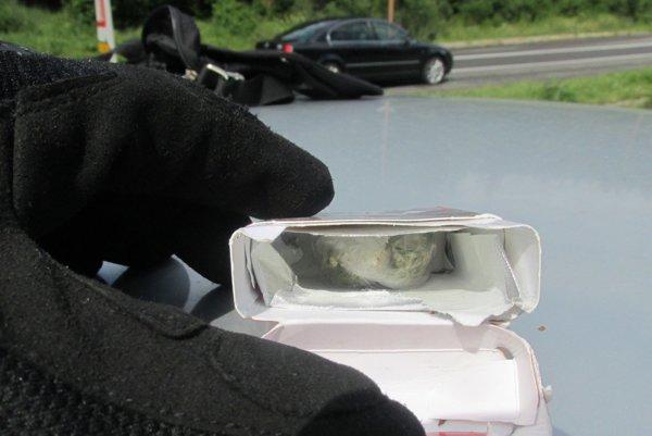 Colníci našli v autách drogy.