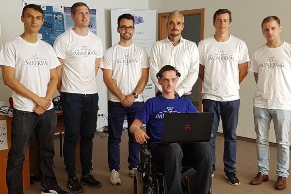 Výskumný tím Minerva s prototypom vozíku ovládaného mysľou. Štvrtý z ľavej strany stojí Maximilián Strémy.