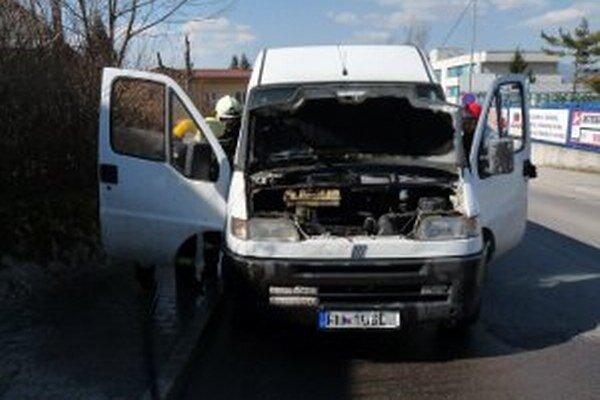 Oheň poškodil motorovú časť a palubnú dosku vozidla.