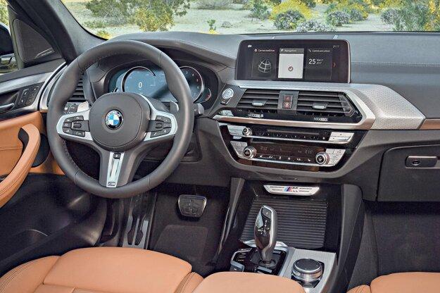Kokpit špičkovej verzie X3 M40i. Vlajkový model radu X3, poháňaný trojlitrovým benzínovým šesťvalcom výkonu 265 kW dosahuje maximálnu rýchlosť 250 km/h.