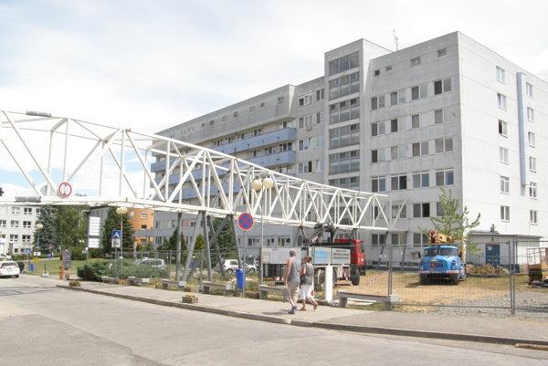 Chirurgický pavilón bude s interným pavilónom, ktorý stojí oproti, spájať nadzemný tunel.