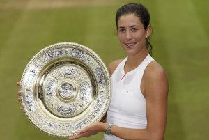Garbine Muguruzová-Blancová pózuje s trofejou pre víťazku Wimbledonu.