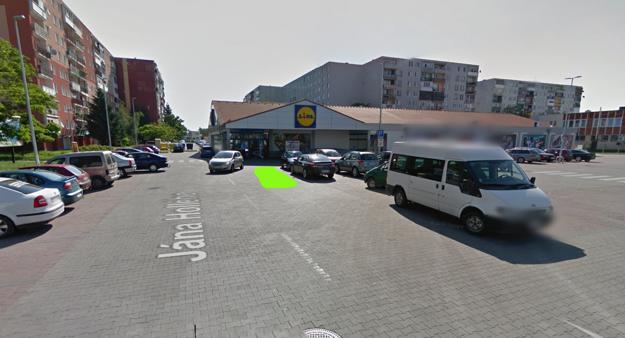 Parkovisko pred Lidlom v Michalovciach.