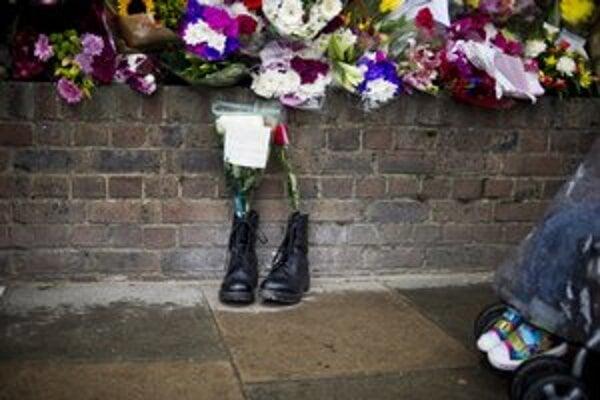 Na miesto, kde zomrel britský vojak, nosia ľudia kvety.