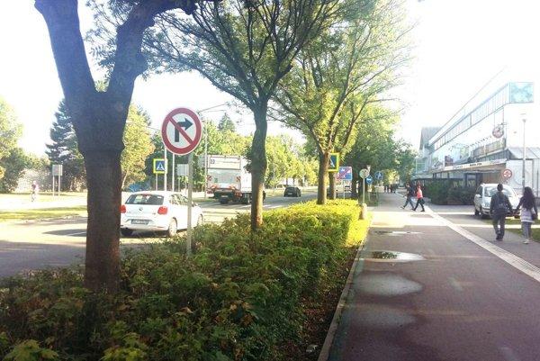 Na hlavnej ceste je už osadená značka, ktorá zakazuje odbočiť vpravo.