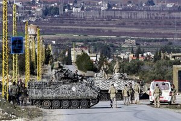 Libanonskí vojaci hliadkujú na kontrolnom stanovisku pri vstupe do mesta Arsal, obývaného moslimskými sunnitmi na východe Libanonu pri hraniciach so Sýriou.