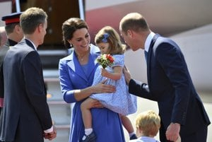 Kate, vojvodkyňa z Cambridge, a princ William so svojími deťmi, princom Georgeom a princeznou Charlotte po prílete do Berlína.