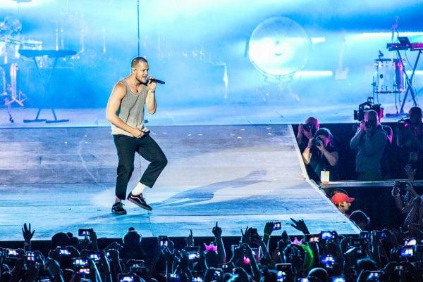 Spevák kapely Imagine Dragons Dan Reynolds bol počas koncertu v Ostrave neustále v pohybe.
