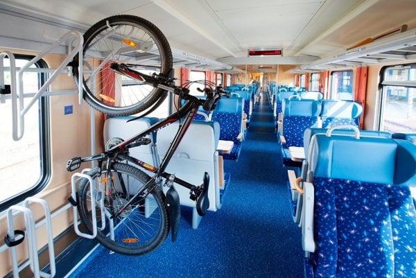 Vo vlakoch je obmedzený počet stojanov na bicykle, bez lístka sa nemusí cyklistovi ujsť miesto.
