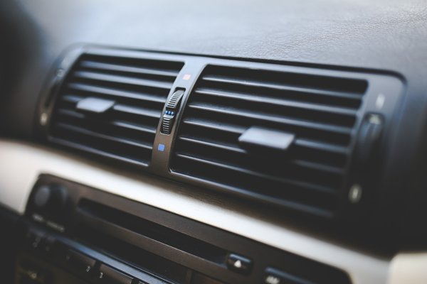 Fúkanie chladného vzduchu nemierte priamo na telo, ale skôr na sklá auta.