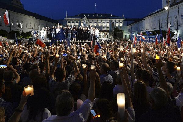 Množstvo Poliakov sa proti reforme búri.