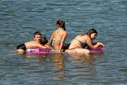 Návštevníci tajchov by mali priebežne sledovať informácie o kvalite vody. V lete hygienici odoberajú vzorky pravidelne.