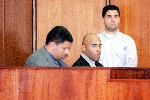Na snímke z roku 1999 Edson Cholbi do Nascimento (uprostred) sedí na súde s priateľom Marciliom Jose Marinho de Melom počas procesu v prístavnom meste Santos. Obaja boli obvinení zo smrti motocyklistu, ktorú mali zapríčiniť riskantnou jazdou na svojich autách.