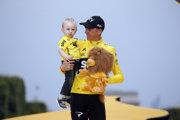 Chris Froome pózoval na stupňoch víťazov so svojím synom Kellanom.