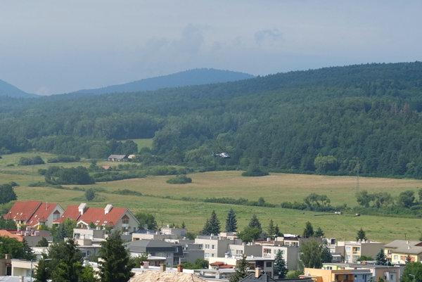 Vrtuľník lietal nad lesmi v okolí Šibeničného vrchu aj v nedeľu.