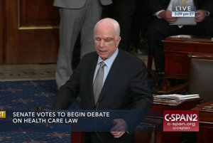 Americký senátor McCain počas rozpravy.
