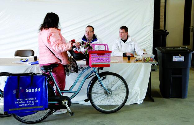 Praktické hlasovanie. Stačilo s bicyklom vojsť do garáže a vhodiť hlas do urny.