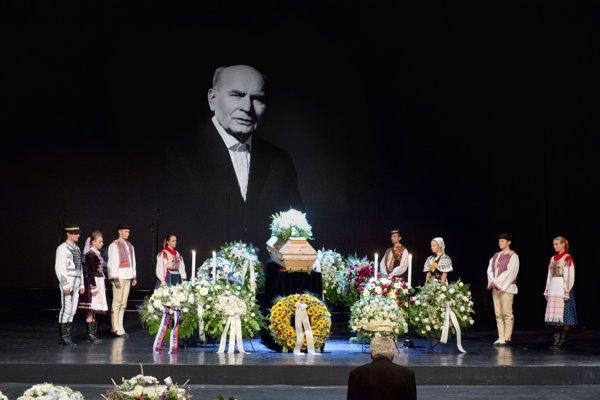 Posledná rozlúčka s choreografom a umeleckým vedúcim súboru Lúčnica Štefanom Nosáľom v historickej budove Slovenského národného divadla v Bratislave.