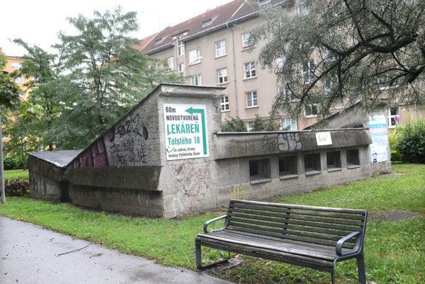 Schátrané verejné WC. V parku pri Poliklinike Sever zatiaľ nová budova stáť nebude, no miesto je na predaj.