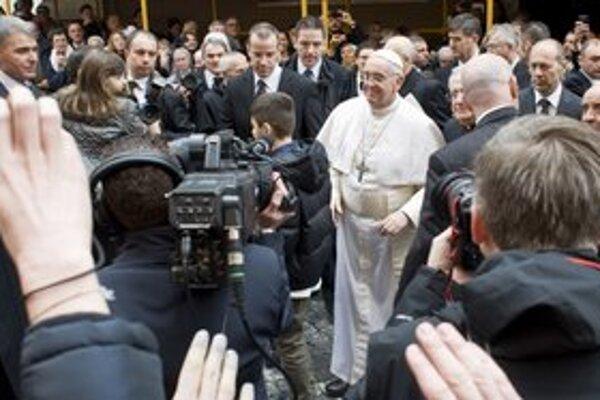 Hovorca Vatikánu aj nový pápež očarili médiá. Stavili na otvorenosť.
