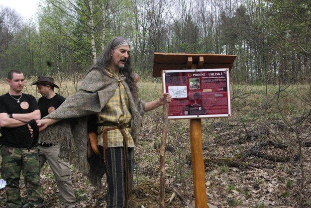 Na obetisko starobylej kultúry upozorňuje aj tabuľa. Na miesto sa dostanete z obce Prosné po označenom chodníku.