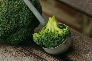 Brokolica obsahuje 1121 mikrogramov luteínu na sto gramov.