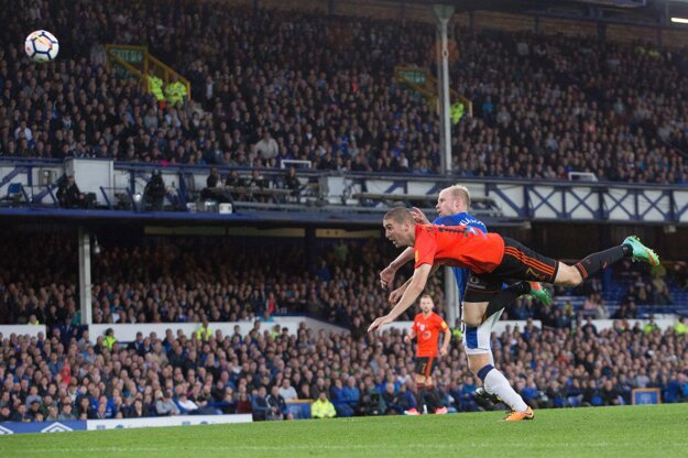 Na snímke Peter Maslo (Ružomberok) a Davy Klassen (Everton) počas prvého zápasu 3. predkola Európskej ligy vo futbale FC Everton - MFK Ružomberok.