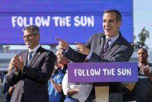 Starosta Los Angeles Eric Garcetti (vpravo) oficiálne oznámil, že bude hostiť olympijské hry v roku 2028.