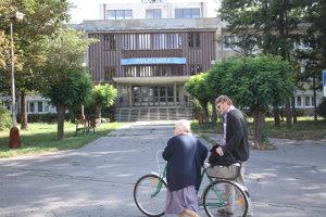 Firma zrekonštruuje objekt polikliniky, lekáreň a vjazd.