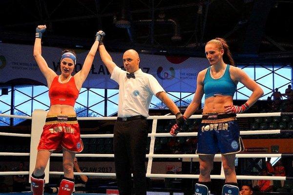 Radosť po vyradení domácej favoritky. Veronika Cmárová (vľavo) vo štvrťfinále zdolala nebezpečnú Rozu Gumiennu.
