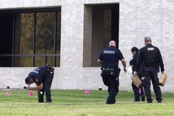 Polícia na mieste streľby.