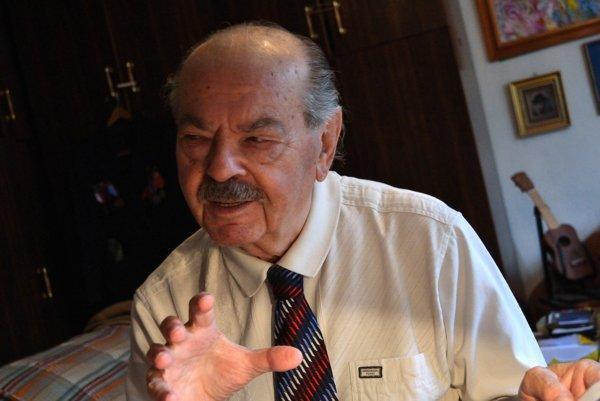 Poručík vo výslužbe. V roku 1968 nesúhlasil so vstupom vojsk Varšavskej zmluvy. Prišiel preto o pracovnú pozíciu.
