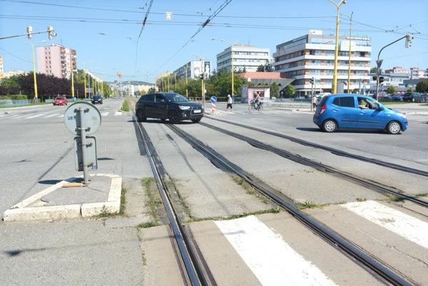 Križovatka Trieda SNP - Toryská. Od soboty cez koľajnice autá neprejdú.