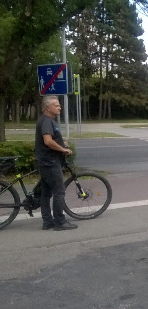 Svedok nehody. Polícia žiada verejnosť o stotožnenie tohto človeka.