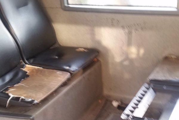 Zničené sedadlá. Takto vyzerá moderná MHD à la Košice...