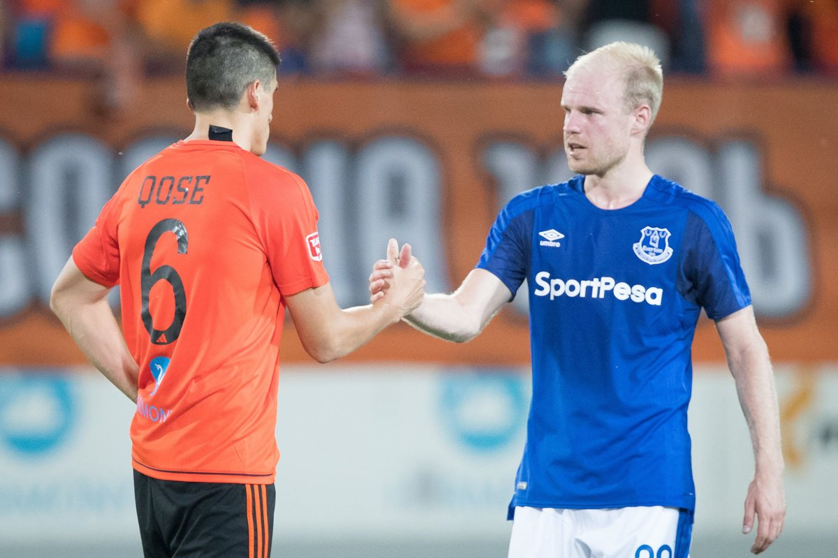 01e8a9ecdccf0 Kristi Qose (MFK Ružomberok) a Davy Klaasen (Everton FC) po odvetnom zápase