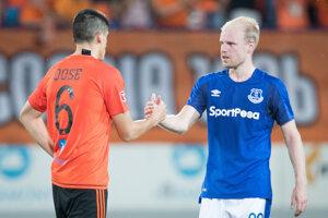 Kristi Qose (MFK Ružomberok) a Davy Klaasen (Everton FC) po odvetnom zápase.