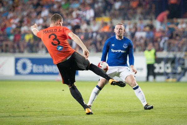Ján Maslo a Wayne Rooney v odvete 3. predkola Európskej ligy vo futbale MFK Ružomberok - FC Everton.