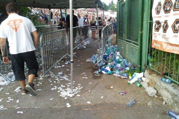 Vrecia na fľaše pred vstupom na amfiteáter chýbali.