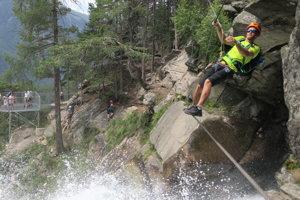 Po oceľovom lane prechádzate ponad vodopád. Pod vami 159 metrov. Skvelý pocit.