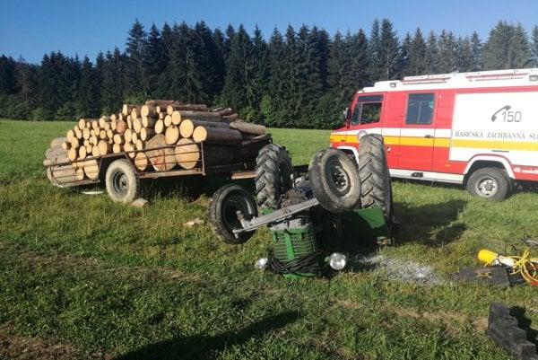 Mužovi, ktorého privalil traktor, sa už nedalo pomôcť.