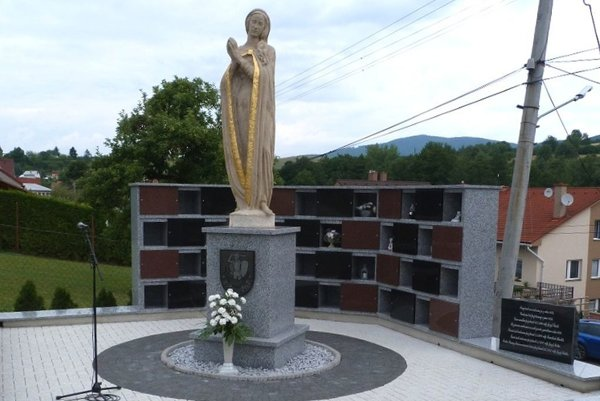 Na miestnom cintoríne pribudla socha iurnová stena.