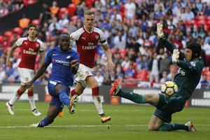 Victor Moses (v modrom) strieľa vedúci gól Chelsea v zápase.
