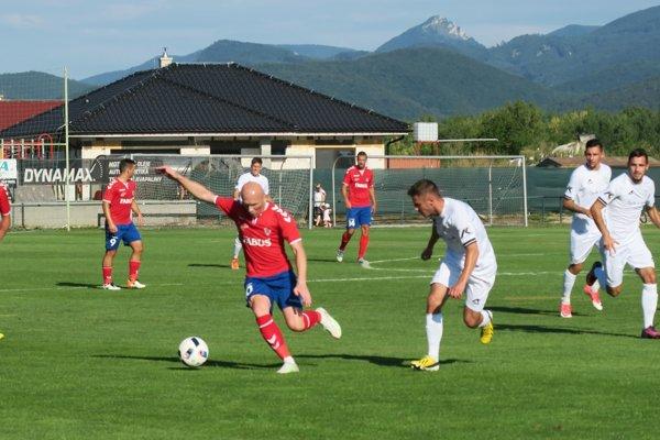 Pri lopte jeden znajskúsenejších hráčov Borčíc ako aj celej súťaže Miroslav Barčík, ktorý vsobotu priviedol svojich ku dvojgólovému víťazstvu nad Novými Zámkami.