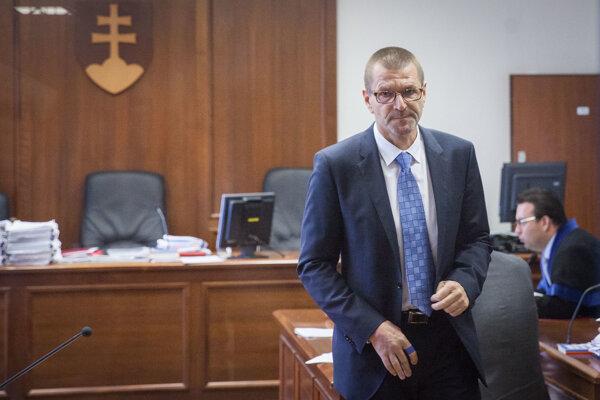 Obžalovaný bývalý minister výstavby Igor Štefanov pred hlavným pojednávaním v kauze nástenkový tender na Špecializovanom trestnom súde v Pezinku.