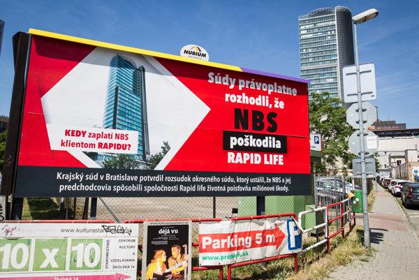 Kampaň Rapid life pred budovou Národnej banky Slovenska.